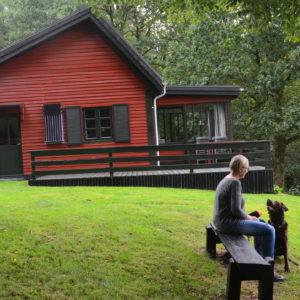 04 Bryrup - Huset med bænken hvor udsigten over søen kan nydes.