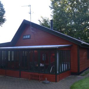 08 Bryrup - Huset med vestvendt overdækket terrasse.